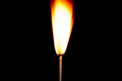Les flammes du feu sur le fond noir Photographie stock libre de droits