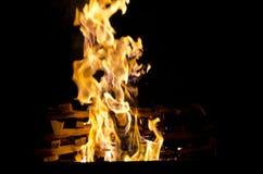 Les flammes ont allumé le feu, chauffant sa chaleur en temps froid Règles de l'élevage sûr du feu Photos stock