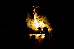 Les flammes ont allumé le feu, chauffant sa chaleur en temps froid Règles de l'élevage sûr du feu Photographie stock libre de droits