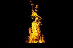 Les flammes ont allumé le feu, chauffant sa chaleur en temps froid Règles de l'élevage sûr du feu Photographie stock