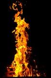 Les flammes ont allumé le feu, chauffant sa chaleur en temps froid Règles de l'élevage sûr du feu Photo stock