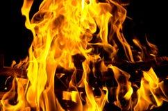 Les flammes ont allumé le feu, chauffant sa chaleur en temps froid Règles de l'élevage sûr du feu Images stock