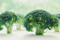 Les fleurons de brocoli ont d'une manière ordonnée arrangé ressembler à de petits arbres Photo libre de droits