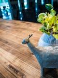 Les fleurs artificielles et les statues des animaux sur la table, décorent la maison Image stock