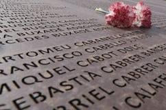 Les fleurs au-dessus de la mémoire murent la tombe commémorative en Majorque au loin Photo libre de droits