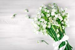 Les fleurs blanches du lis de Loddon se trouvent sur les conseils en bois blancs Images stock