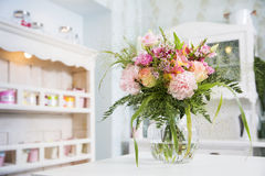 Les fleurs dans le vase se sont préparées à la première date actuelle photo libre de droits