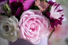 Les fleurs de papier sont parfaites pour apporter le ressort à l'intérieur n'importe quand de l'année Photographie stock libre de droits