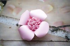 Les fleurs de papier sont parfaites pour apporter le ressort à l'intérieur n'importe quand de l'année Photo stock