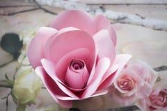 Les fleurs de papier sont parfaites pour apporter le ressort à l'intérieur n'importe quand de l'année Photo libre de droits