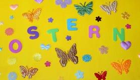 Les fleurs de papillons de vacances de ressort de dimanche de Pâques tient le premier rôle des vacances de Pâques Photo libre de droits