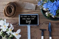 Les fleurs de ressort, signe, citent de petites choses rendent la vie grande Images libres de droits