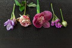 Les fleurs dentellent sur une obscurité en bois Image libre de droits