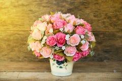 Les fleurs en plastique avec le fond en bois dans le vintage décrivent le style, équipement intérieur de maison, fleurs réglées s Photo libre de droits