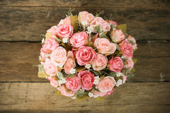 Les fleurs en plastique avec le fond en bois dans le vintage décrivent le style, équipement intérieur de maison, fleurs réglées s Images libres de droits