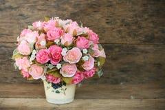 Les fleurs en plastique avec le fond en bois dans le vintage décrivent le style, équipement intérieur de maison, fleurs réglées s Photographie stock libre de droits