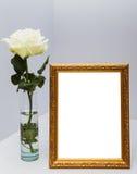 les fleurs encadrent le blanc Photos libres de droits