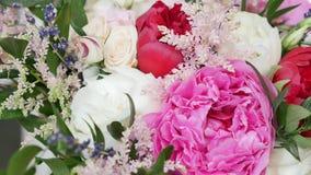 Les fleurs encadrent sur le fond en bois blanc Image libre de droits