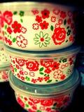 Les fleurs enferment dans une boîte la chose colorée d'emballage Image libre de droits