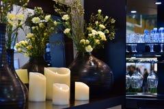Les fleurs et la maison dénoyautent l'intérieur Photos stock
