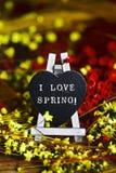 Les fleurs et le coeur noir avec le texte I aiment le ressort Images libres de droits