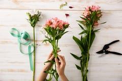 Les fleurs et remet le fond en bois D'en haut Image stock