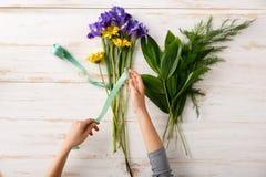 Les fleurs et remet le fond en bois D'en haut Images libres de droits