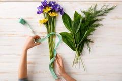 Les fleurs et remet le fond en bois D'en haut Photo stock