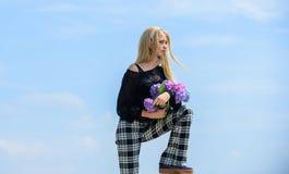 Les fleurs offrent le parfum de ressort Bouquet pour l'amie Industrie de mode et de beauté Célébrez le ressort Mode de fille image stock