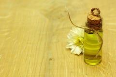Les fleurs organiques de STATION THERMALE massent l'huile dans la bouteille faite main Photos stock