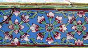 Les fleurs ornementent la mosaïque blanche, rouge, bleue et verte Photos libres de droits