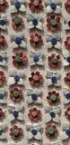 Les fleurs ornementent la mosaïque blanche, rouge, bleue et verte Photo libre de droits