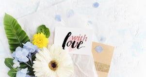 Les fleurs plates d'été de configuration raillent avec la carte de voeux sur le pape de métier Image libre de droits