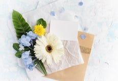 Les fleurs plates d'été de configuration raillent avec la carte de voeux sur le pape de métier Image stock