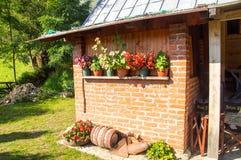 Les fleurs s'approchent de la maison d'hôtes sur la montagne humide en Serbie Images libres de droits
