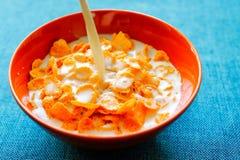Les flocons céréale et lait dans un argile roulent Petit déjeuner photo stock