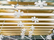 Les flocons de neige accrochent sur un arbre, flocons de neige accrochent sur le plafond Fond déprimé intérieur de Noël, intérieu photo libre de droits