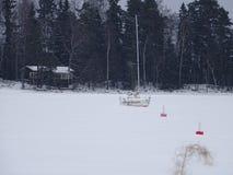 Les flocons de neige a couvert le bateau Photos stock