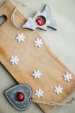 Les flocons de neige encadrent à la configuration en bois d'appartement de fond Concept drôle de cuisine de vacances d'hiver Images stock