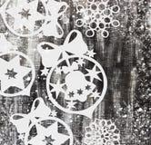 Les flocons de neige ont coupé du papier sur le fond foncé avec l'espace pour le thème de Noël des textes Photographie stock libre de droits