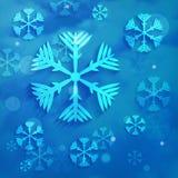 Les flocons de neige sur le bleu opacifie le fond Photographie stock libre de droits
