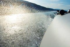 Les flotteurs de canot automobile avalent la rivière Repos, pêche, voyage Image libre de droits