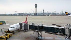 Les fonctionnaires d'aéroport supportent la charge Photographie stock
