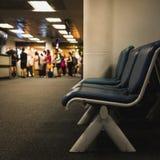 Les fonctionnaires font appel aux passagers montent dans l'avion image stock