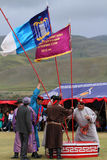 Les fonctionnaires installent des drapeaux pour la cérémonie de Naadam Image libre de droits