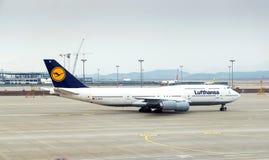 Les fonctionnaires vérifient les roues de l'avion Photos libres de droits