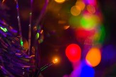 Les fond-guirlandes de Noël avec les lumières colorées sur a décorent photos stock