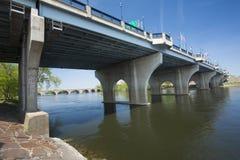 Les fondateurs jettent un pont sur au-dessus du fleuve Connecticut à Hartford photo libre de droits