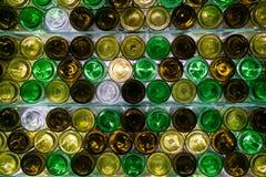 Les fonds colorés de bouteilles images stock