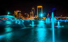 Les fontaines d'amitié et la vue de l'horizon la nuit dans Jac Image stock